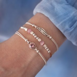 Witte armband veertje